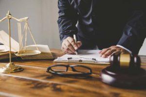 התייעצות עם עורך דין פלילי לפני חקירה - חובה או לא?